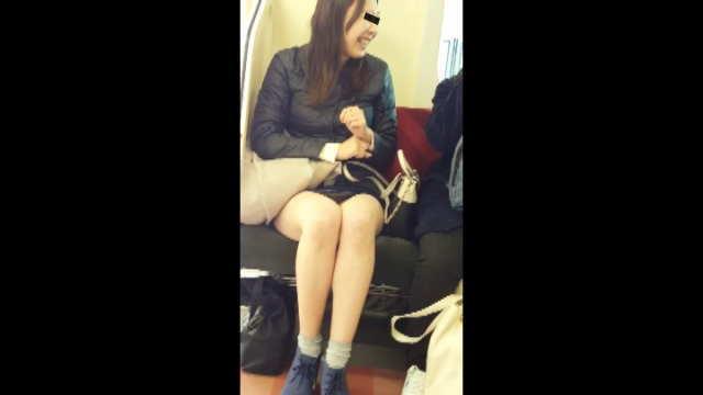 脚が長すぎてパンティがあらわに・・・電車パンチラ