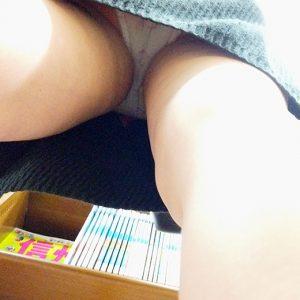 【店内尾行パンチラ】本屋で立ち読み中の恵体お姉さんをマンスジ食い込みクッキリの逆さ撮り