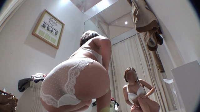 【透けパンOLさんの試着室】☆エロヒップラインがたまらないお姉さん!