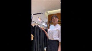 【店員乳首パンチラ】滅茶苦茶綺麗な店員さんの豊満な乳房とパンティをこれでもかと接写!!なんかいけそうだったのでおっぱいタッチもw