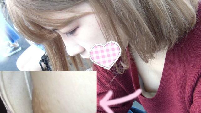 隙間からパックリ!エロ可愛ぷっくりピンク乳輪の可愛いコの乳首!