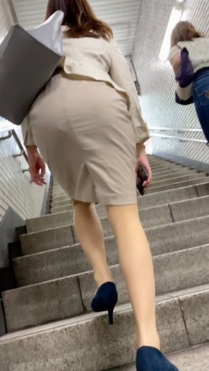 【生理中OL】外銀勤めの美人お姉さんのどエロい純白パンツを盗撮!4K