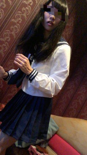 【超美脚!リア友盗撮】カラオケでJKコスのリア友を逆さ撮り!