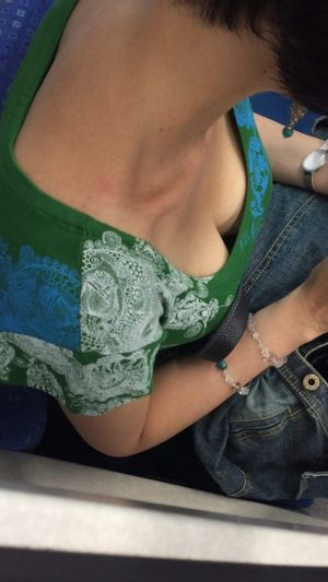 【胸チラHD画質】谷間全開な人妻の胸チラ&ブラチラ