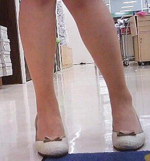 【店員パンチラ】スーツ売場のパンスト店員さんを小型カメラの上に誘導してみた結果・・エロすぎた