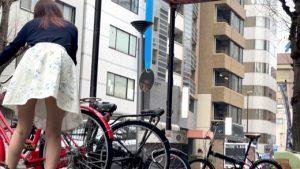 【突っ込みシリーズ#01】震えました…!自転車が倒れて困ってる美女に近付き、食い込みパンティの激近撮りに成功しました…!